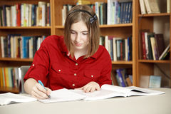 Bastante adolescente en biblioteca Fotografía de archivo libre de regalías