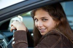 Bastante adolescente en coche Imagen de archivo