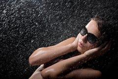Bastante adolescente en ducha en gafas de sol Foto de archivo libre de regalías