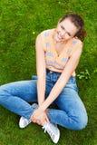 Bastante adolescente en hierba Fotos de archivo