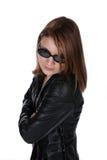 Bastante adolescente en la chaqueta de cuero y gafas de sol Imagen de archivo libre de regalías