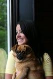 Bastante adolescente en la ventana con el perro Fotografía de archivo libre de regalías
