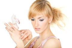 Bastante blonde con una flor Foto de archivo libre de regalías