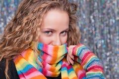 Bastante blonde en bufanda brillante del arco iris Foto de archivo libre de regalías