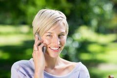Bastante blonde en el teléfono Imagenes de archivo