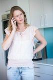 Bastante blonde en el teléfono Fotos de archivo libres de regalías