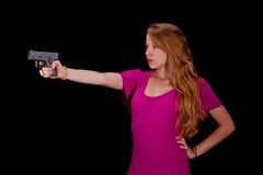 Bastante en color de rosa con un arma Imagen de archivo libre de regalías