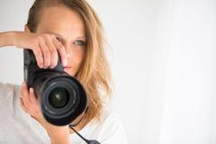 Bastante, favorable fotógrafo de sexo femenino con la cámara digital Fotos de archivo libres de regalías