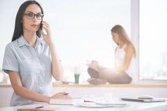Bastante femenino en el teléfono Imagen de archivo