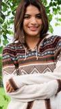 Bastante femenino llevando un suéter Foto de archivo