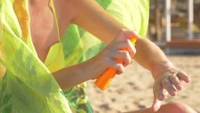 Bastante la muchacha que aplica la crema del sol en sus manos HD metrajes