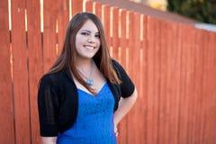 Bastante, muchacha adolescente cabelluda oscura en vestido azul Fotos de archivo
