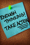 Bastante pensamento toma a nota da ação no quadro de anúncios Fotografia de Stock Royalty Free