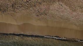 Bastante rubio en el bikini blanco toma el sol en la manta cerca del océano metrajes