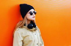 Bastante rubio llevando un sombrero negro y los auriculares Imagen de archivo