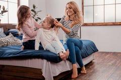 Bastante señora que hace un peinado a una hija imagen de archivo libre de regalías