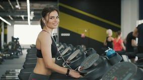 Bastante y chica joven que activan en gimnasio almacen de metraje de vídeo