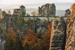Bastei桥梁在撒克逊人的瑞士在秋天,德国 免版税库存照片