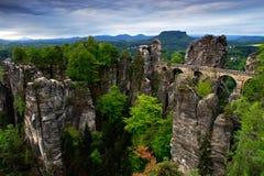 Bastei桥梁在撒克逊人的瑞士,日出和薄雾的在河易北河,国家公园撒克逊人瑞士 美好的德语 库存图片