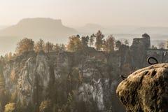 Bastei bro i anglosaxaren Schweiz i hösten, Tyskland Fotografering för Bildbyråer