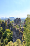 Basteibrug en lijstberg Lilienstein in Rathen, Saksisch Zwitserland Royalty-vrije Stock Afbeelding