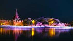 Bastião do palácio de Mandalay na noite. Imagem de Stock