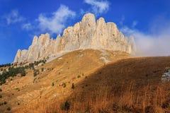 Bastião rochoso do pico de montanha grande de Bolshoy Tkhach em montanhas de Cáucaso no outono Paisagem cênico do céu azul imagem de stock