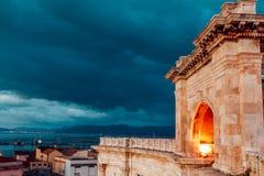 Bastión de la mañana de la ciudad de Cagliari y la visión desde ella con un panorama de la ciudad de Cerdeña foto de archivo