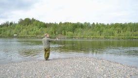 Bastidor de color salmón del pescador y vacilación en la línea almacen de video