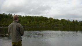 Bastidor de color salmón del pescador y vacilación en la línea almacen de metraje de vídeo