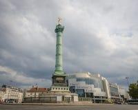 Bastille d'opéra et colonne de la Bastille en place de juillet à Paris Photos libres de droits