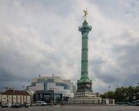 Bastille de Opera e coluna de no lugar la Bastille de julho em Paris Fotos de Stock Royalty Free