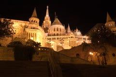 Bastione a Budapest di notte immagine stock