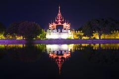 Bastione difensivo con una torre nell'illuminazione di notte Mandalay, Myanmar Birmania fotografia stock