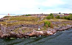 Bastioner av den finlandssvenska fästningen Suomenlinna i Helsingfors, Finland royaltyfri foto