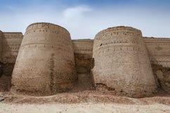 Bastioner av det Derawar fortet i Bahawalpur Pakistan royaltyfri foto