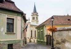 Bastionului街道导致罗马天主教堂的-老城市城堡的城堡  Sighisoara市在罗马尼亚 库存图片