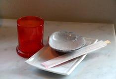 Bastoncini con la ciotola del piatto dei sushi Fotografia Stock