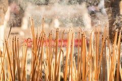 Bastoncini d'incenso che bruciano ad un cortile d'annata del tempio buddista come offerta durante il nuovo anno cinese in tempio fotografia stock