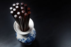 Bastoncini di legno cinesi di Brown in vaso russo tradizionale dello slyle Fotografie Stock Libere da Diritti