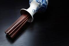 Bastoncini di legno cinesi di Brown in vaso russo tradizionale dello slyle Fotografia Stock