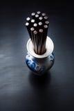 Bastoncini di legno cinesi di Brown in vaso russo tradizionale dello slyle Immagine Stock