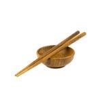Bastoncini di legno sul fondo di legno di bianco della tazza Immagini Stock