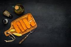 Bastoncini di pesce con i condimenti e lo spazio della copia Immagini Stock Libere da Diritti