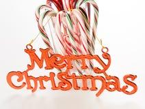 Bastoncini di zucchero con il segno di Buon Natale Fotografia Stock Libera da Diritti