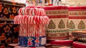 Bastoncini di zucchero della menta piperita con i contenitori di regalo Natale Fotografie Stock Libere da Diritti