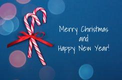 Bastoncini di zucchero di Natale su fondo blu fotografia stock