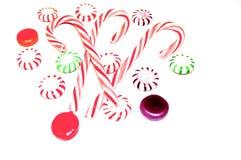 Bastoncini di zucchero a strisce rossi e bianchi e caramelle dure fotografie stock libere da diritti