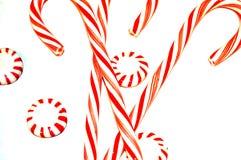 Bastoncini di zucchero a strisce rossi e bianchi e caramelle dure fotografia stock libera da diritti