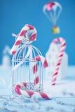 Bastoncini di zucchero su fondo blu Immagine Stock